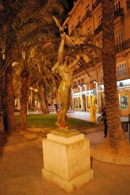 una statua