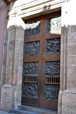 una porta de la Seu